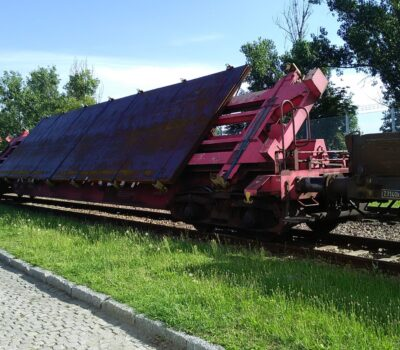 Specialized rail transport of steel sheets
